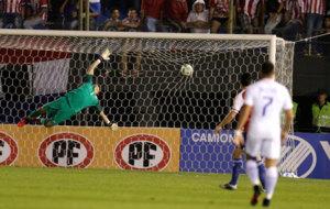 Toselli no puede ante el remate en el primer gol paraguayo.