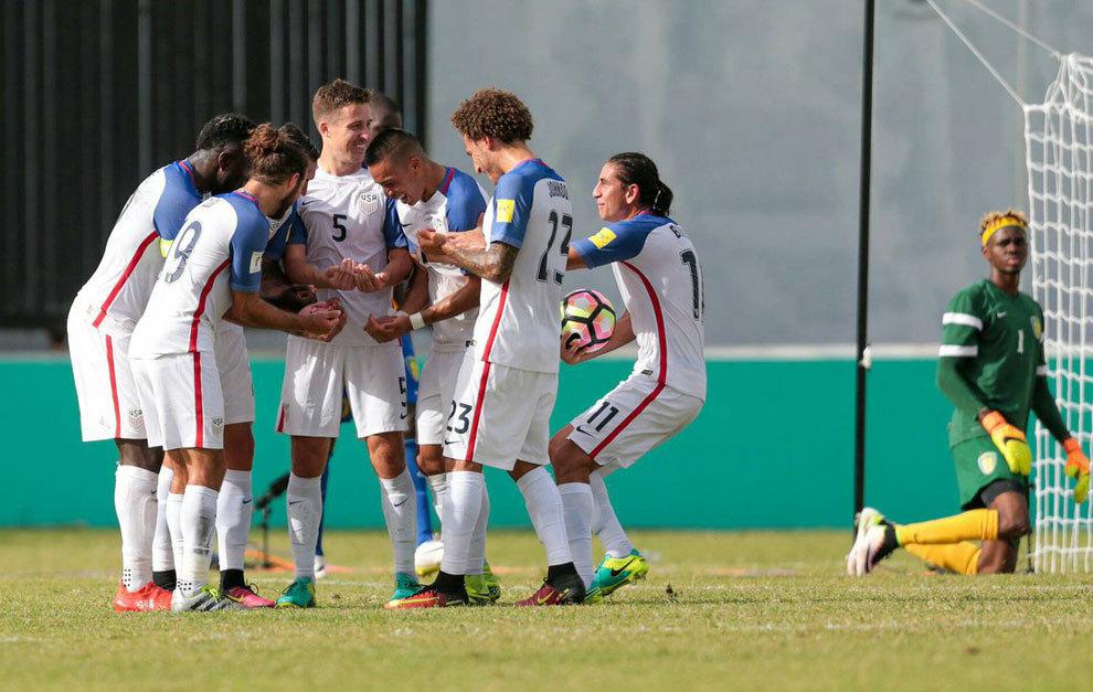 Jugadores de Estados Unidos celebran uno de los goles ante San...