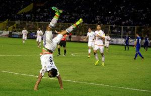 Sep�lveda celebra su gol a El Salvador.