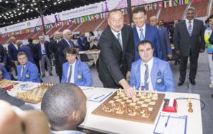 Aliev, presidente de Azerbaijan, realizando el saque de honor