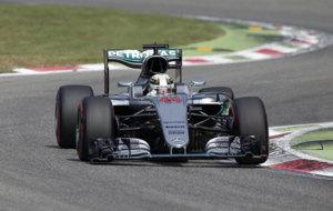 Hamilton pilota su Mercedes en Monza.