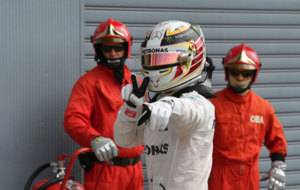 Hamilton celebra su pole en Monza