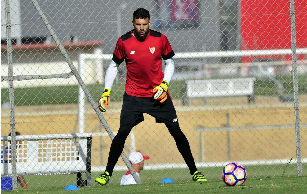 Sirigu, en uno de sus primeros entrenamientos con el Sevilla.