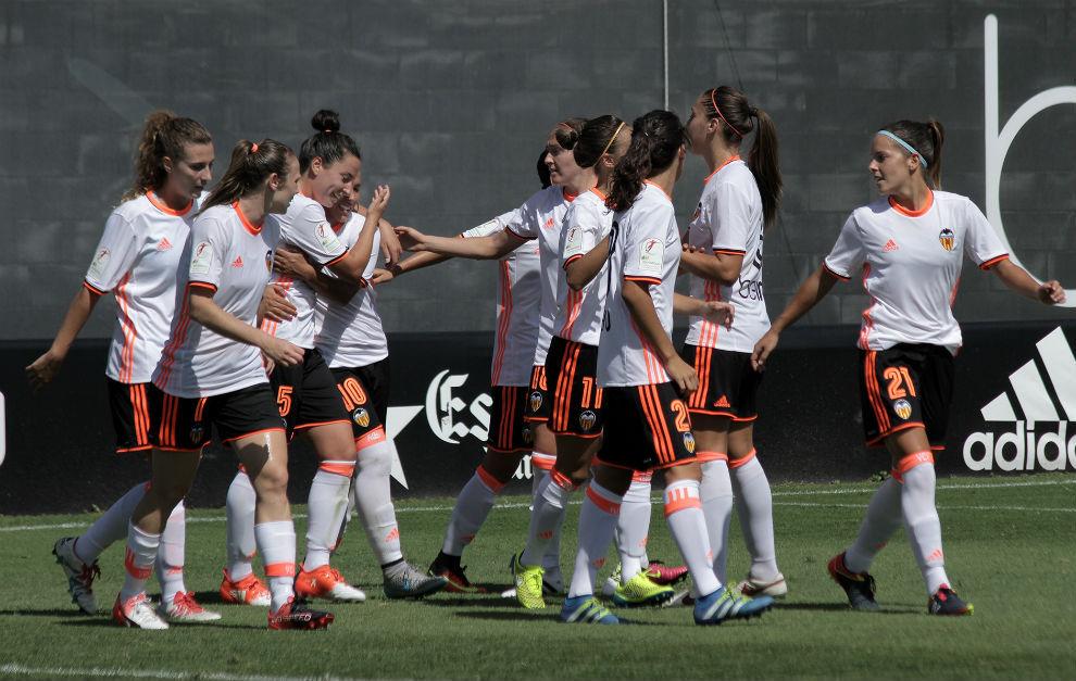 Las jugadoras del Valencia celebran un gol ante el Transportes...