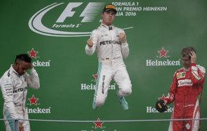 Rosberg celebra la victoria con Hamilton y Vettel en el podio.