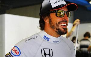Fernando Alonso, en el 'box' de McLaren en Monza.