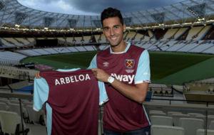 Arbeloa en su presentaci�n como nuevo jugador del West Ham