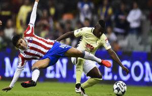 Quintero disputa un bal�n con Javier L�pez, de las Chivas.