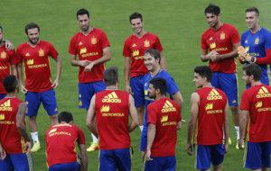 Julen Lopetegui charla con sus jugadores durante el entrenamiento de...