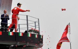 Vettel, en el podio, lanza un guante al p�blico