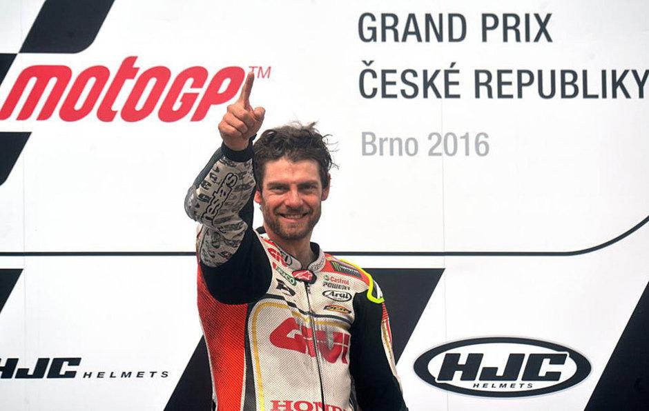 Crutchlow celebra su victoria en el podio de Brno.