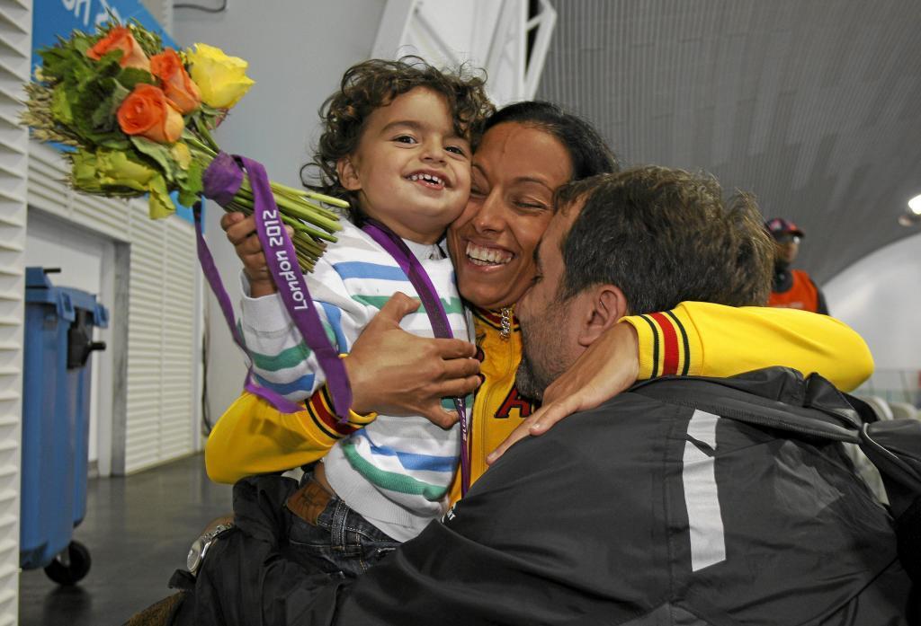 Teresa Perales junto a su hijo Nano y su marido Mariano Menor tras...