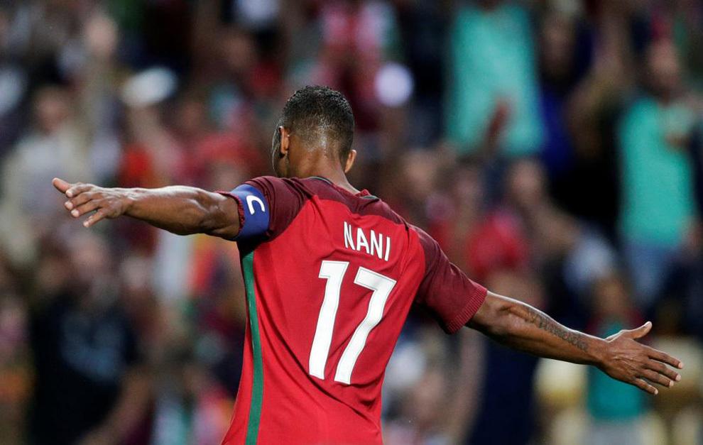 Nani celebra un tanto como capitán de Portugal.