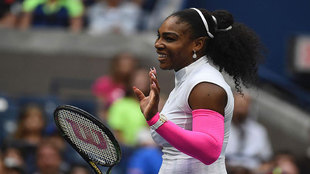 Serena saluda tras su triunfo ante Shvedova.