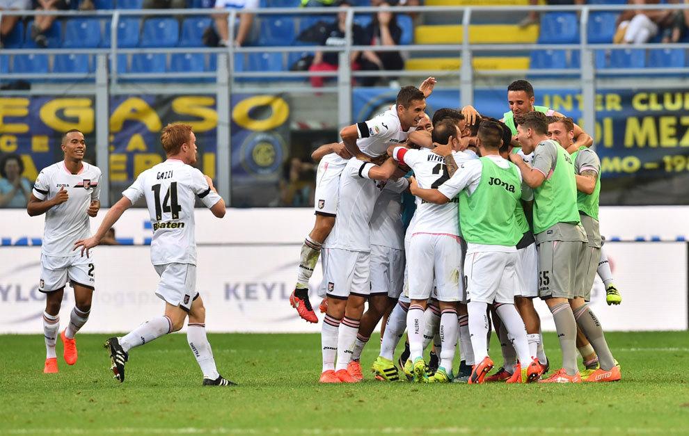 El Palermo celebra un gol en San Siro frente al Inter Milan