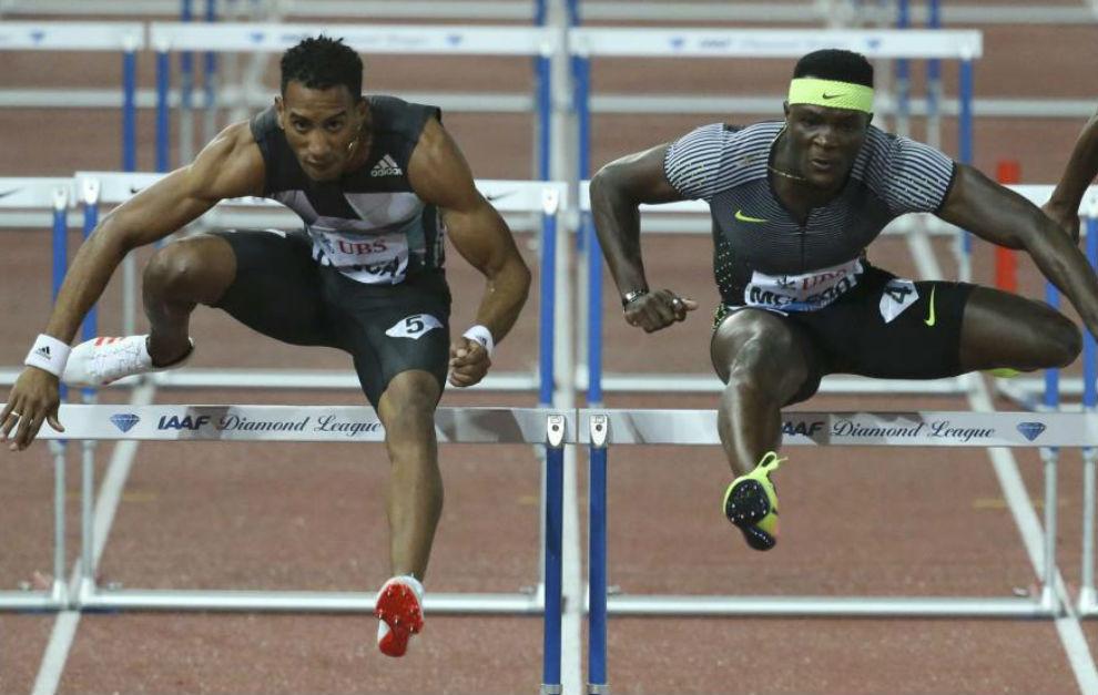 Orlando Ortega, a la izquierda, durante los 110 metros vallas de la...
