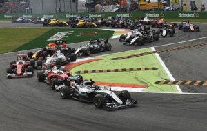 Rosberg lidera la carrera tras la segunda curva con Hamilton sexto.