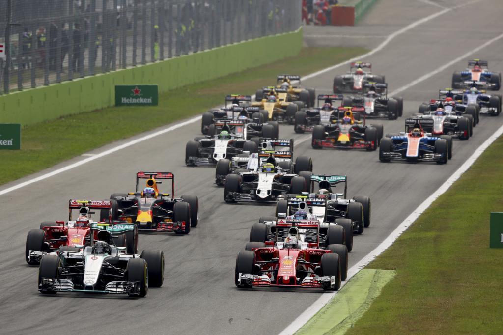 La salida en Monza, con Hamilton a la derecha de la imagen detrás de...