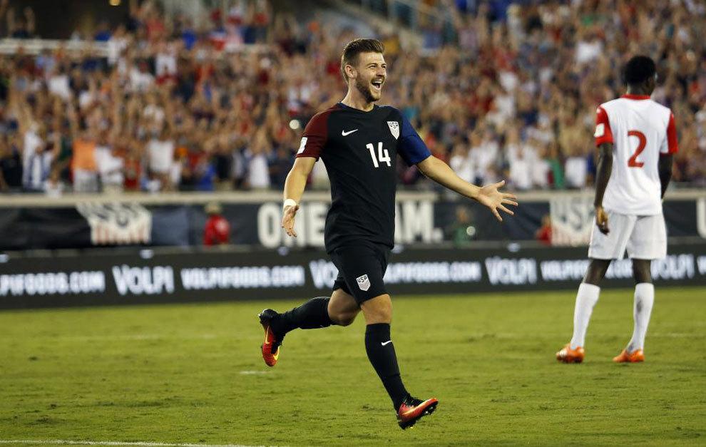 Paul Arriola celebra uno de los goles de Estados Unidos.