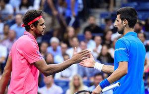 Tsonga y Djokovic se saludan tras la retirada del francés.