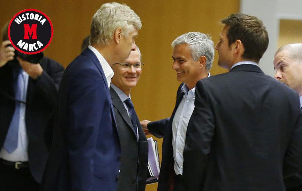 Arsène Wenger y José Mourinho, juntos en un corrillo durante la...