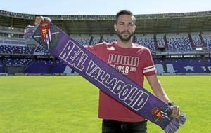 Alberto Guiti�n posa con la bufanda del Valladolid