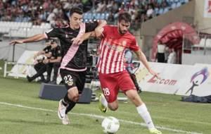 Diego Aguirre corta el avance de Josema durante el partido en Almer�a