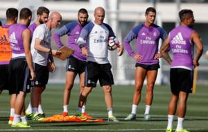 Cristiano y Benzema entren�ndose con el resto del grupo