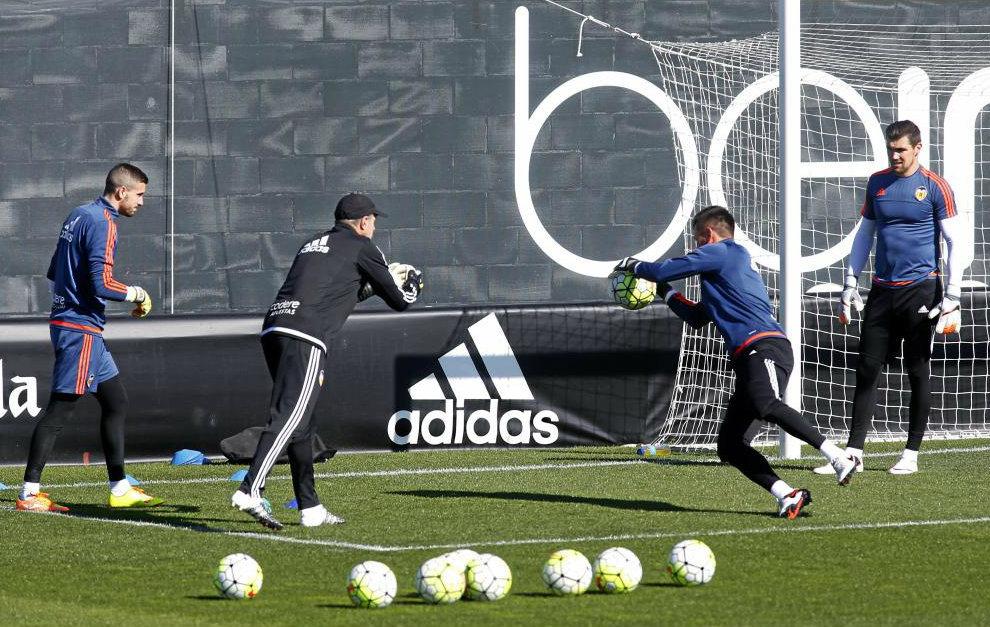 Jaume, Alves y Ryan entrenan con el preparador José Manuel...