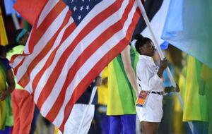 Simone Biles, portando la bandera estadounidense en la ceremonia de...