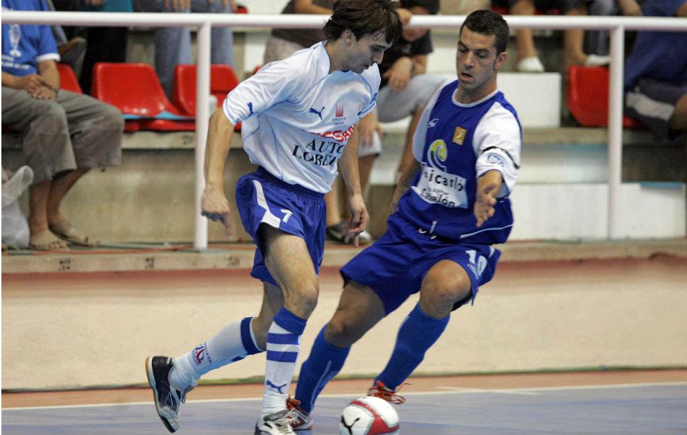 García Sanjuán, de azul, disputa un balón con César en un...