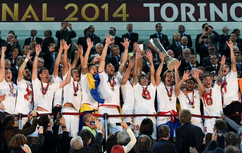 Los jugadores del Sevilla levantan la Copa en Turín.