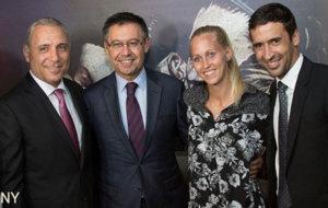 Una de las polémicas fotos de Raúl con la delegación del Barça en...