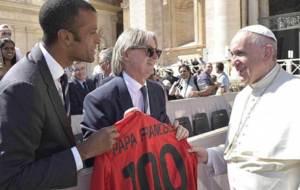 Monti y Maheta entregan la camiseta del Centenario al Papa Francisco