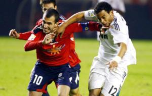 Pu�al pugna con Marcelo en uno de sus encuentros ante el Real Madrid.