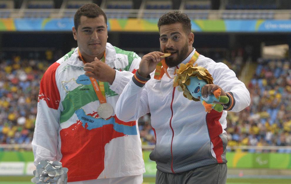 Kim López mordiendo la medalla de oro en el podio de Río