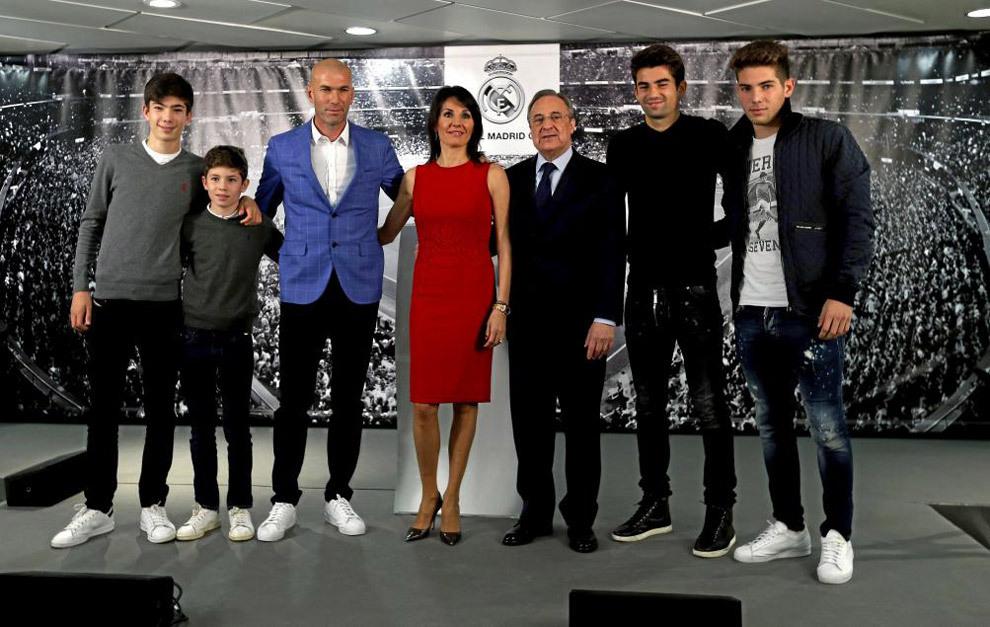 Zinedine Zidane posa con sus hijos el día de su presentación.