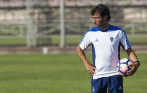 Luis Milla observa un entrenamiento en la Ciuda deportiva.