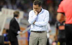 Gesto de preocupaci�n de Eusebio durante el partido.