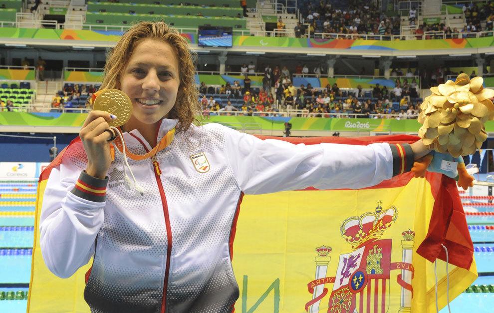 Nuria Marqués posa con su medalla de oro en los 400 libre