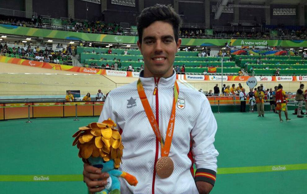 Alfonso Cabello posa con el bronce en el velódromo de Río