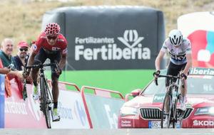 Nairo Quintana acelera para entrar en la meta delante de Chris Froome.