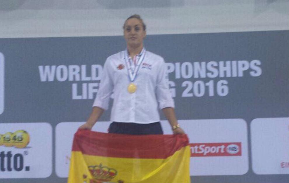 María Luengas, con el oro en el podio.