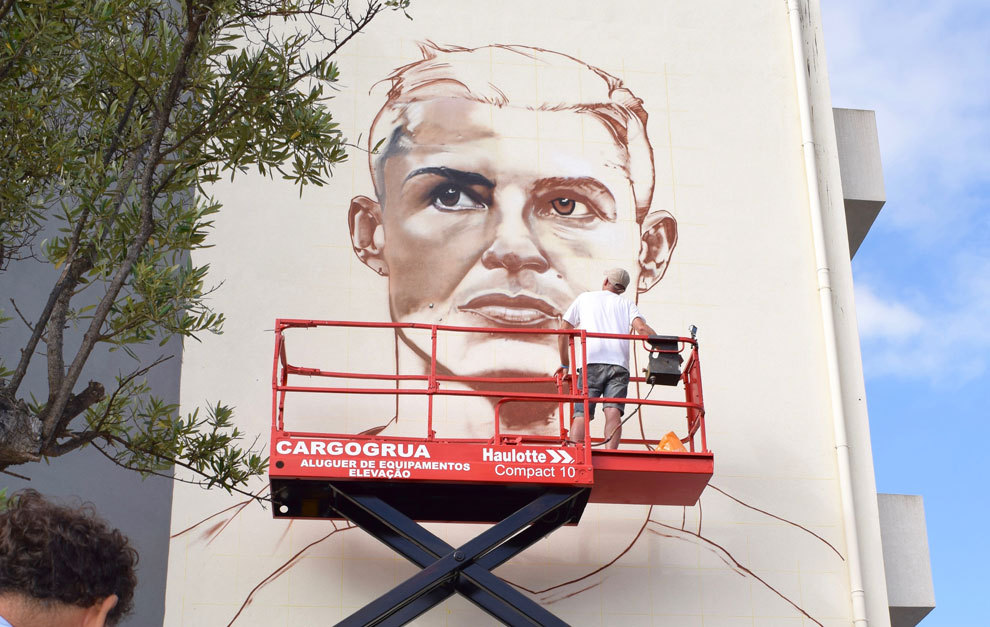 Cristiano ronaldo made into art marca english for Cristiano ronaldo wall mural