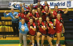 Las jugadoras del Base Villaverde, que logr� su primera victoria en...