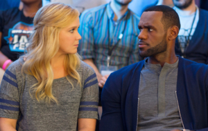 LeBron James junto a Amy Schumer en la pel�cula Trainwreck