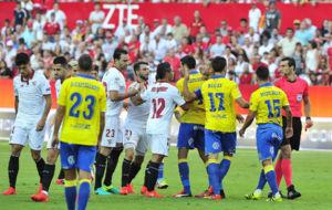 Trifulca entre jugadores tras el penalti a Vitolo