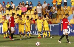 Los jugadores del Alcorc�n celebran con Fede Vega su gol