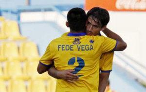 Vega celebra con Rafa Paez el gol ante el N�stic.
