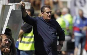 Sandoval, apoyado en el banquillo local en Vallecas